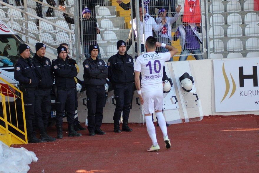 afyonsporlu-futbolcular-gol-sevinclerini-polislere-sarilarak-gosterdi-1.jpg