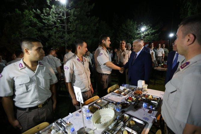 basbakan-yildirim-askerlerle-iftar-yapti-3.jpg