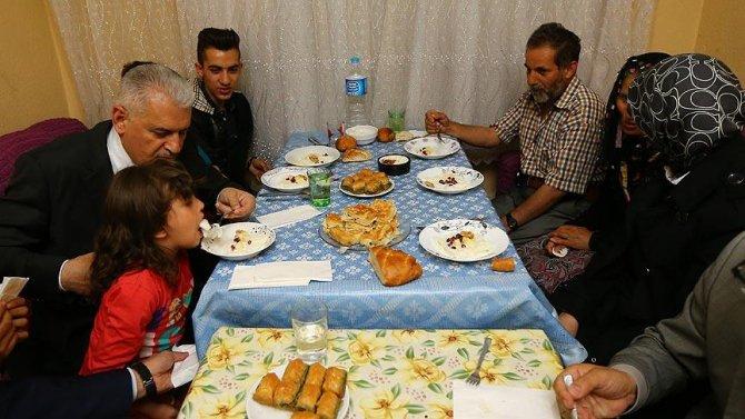 basbakan-yildirim-gecekonduda-iftar-sofrasina-konuk-oldu.jpg