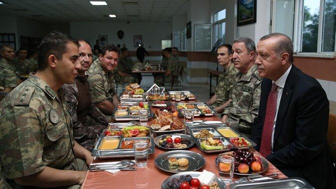 cumhurbaskani-erdogan-askerlerle-iftar-yapti.jpg