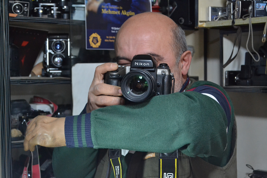 fotograf-makinelerini-12-yildir-tek-eliyle-tamir-ediyor-2.jpg