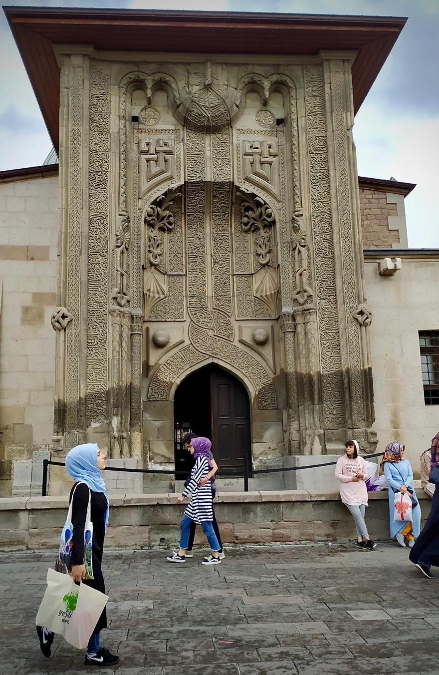 ince-minareli-medrese-mimarisiyle-ziyaretcilerini-cezbediyor-1.jpg