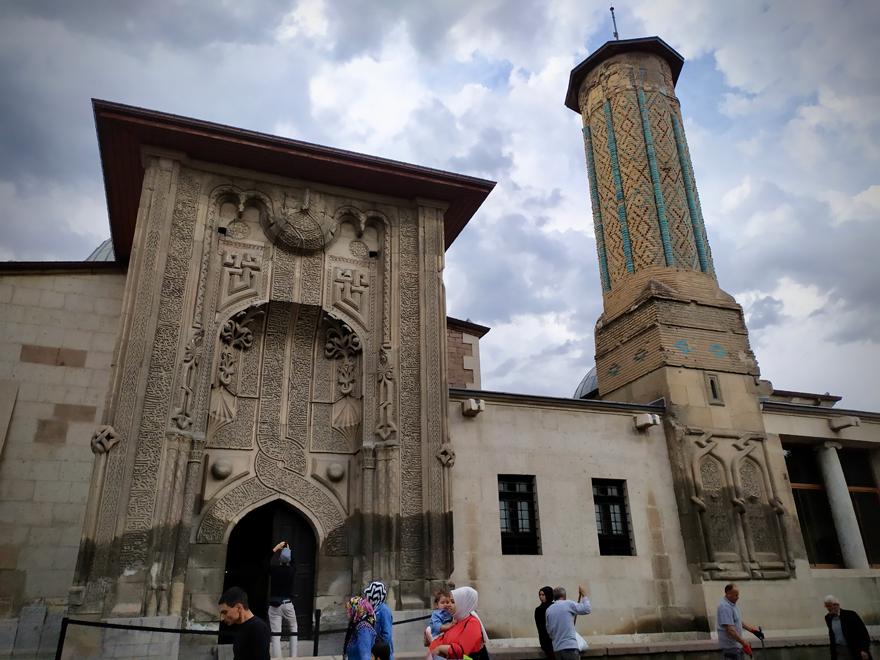 ince-minareli-medrese-mimarisiyle-ziyaretcilerini-cezbediyor-2.jpg