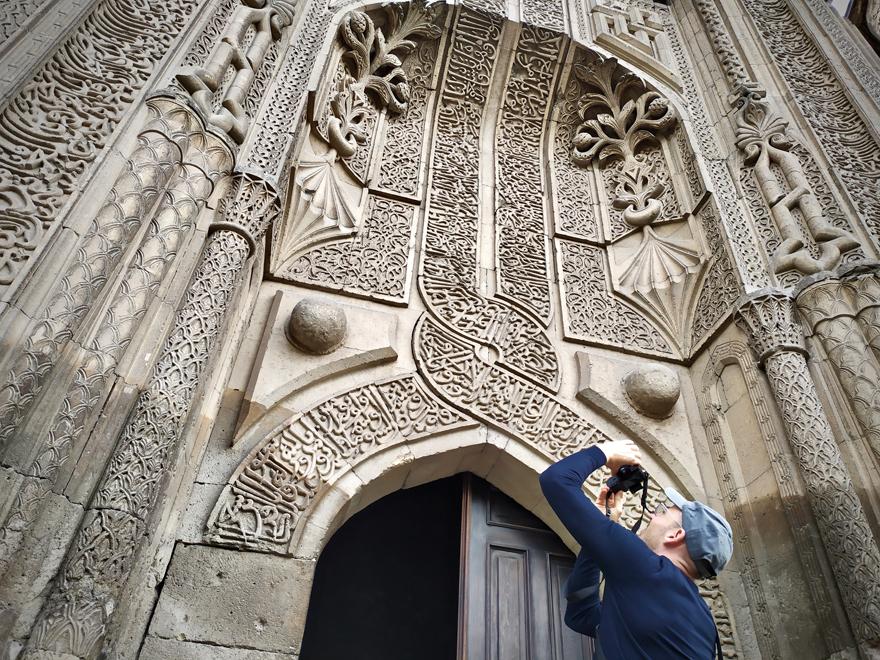ince-minareli-medrese-mimarisiyle-ziyaretcilerini-cezbediyor-3.jpg