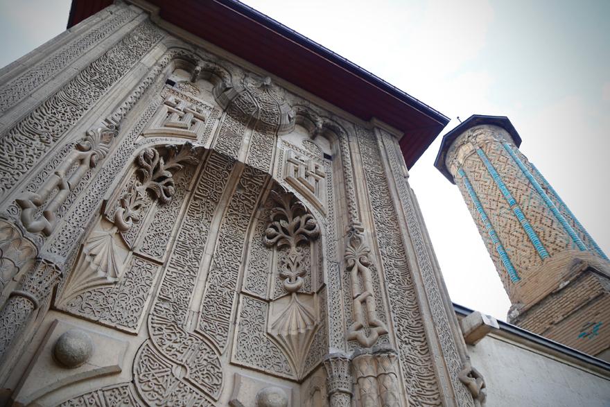 ince-minareli-medrese-mimarisiyle-ziyaretcilerini-cezbediyor-5.jpg