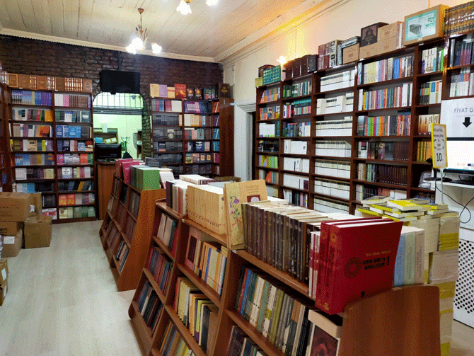 konyada-tarihi-konak-kitaplarla-bulustu-4.png