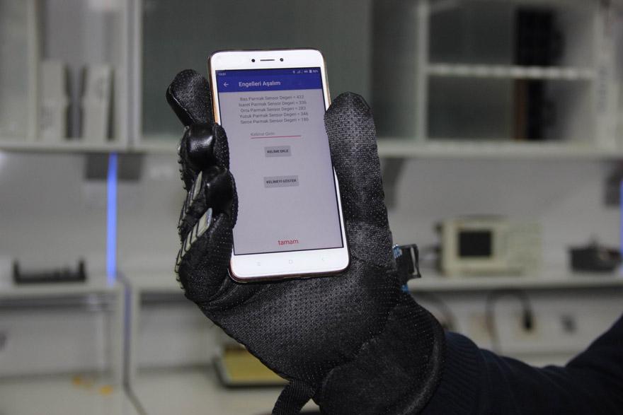 konyada-universite-ogrencisinden-engelleri-kaldiran-mobil-uygulama-ve-eldiven-(5).jpg