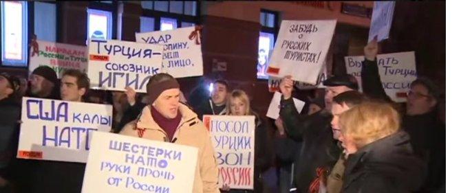 rusyada-turk-bayragina-cirkin-saldiri-2.jpg