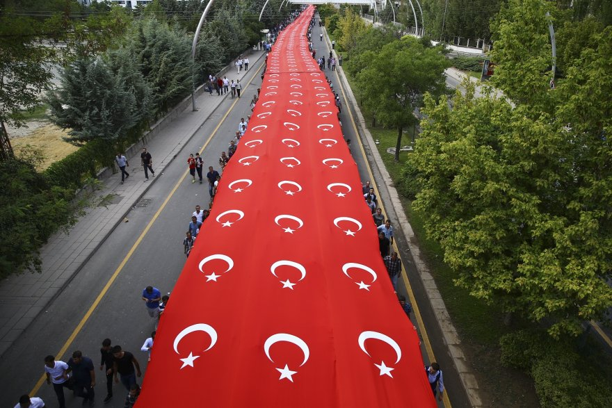 vatandaslar-dev-turk-bayragiyla-ak-parti-genel-merkezine-yurudu.jpg
