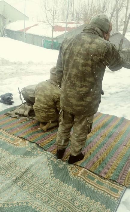 yuksekovada-asker-kar-ustunde-namaz-kildi.jpg