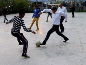 Davutoğlu, Varto'da çocuklarla futbol oynadı